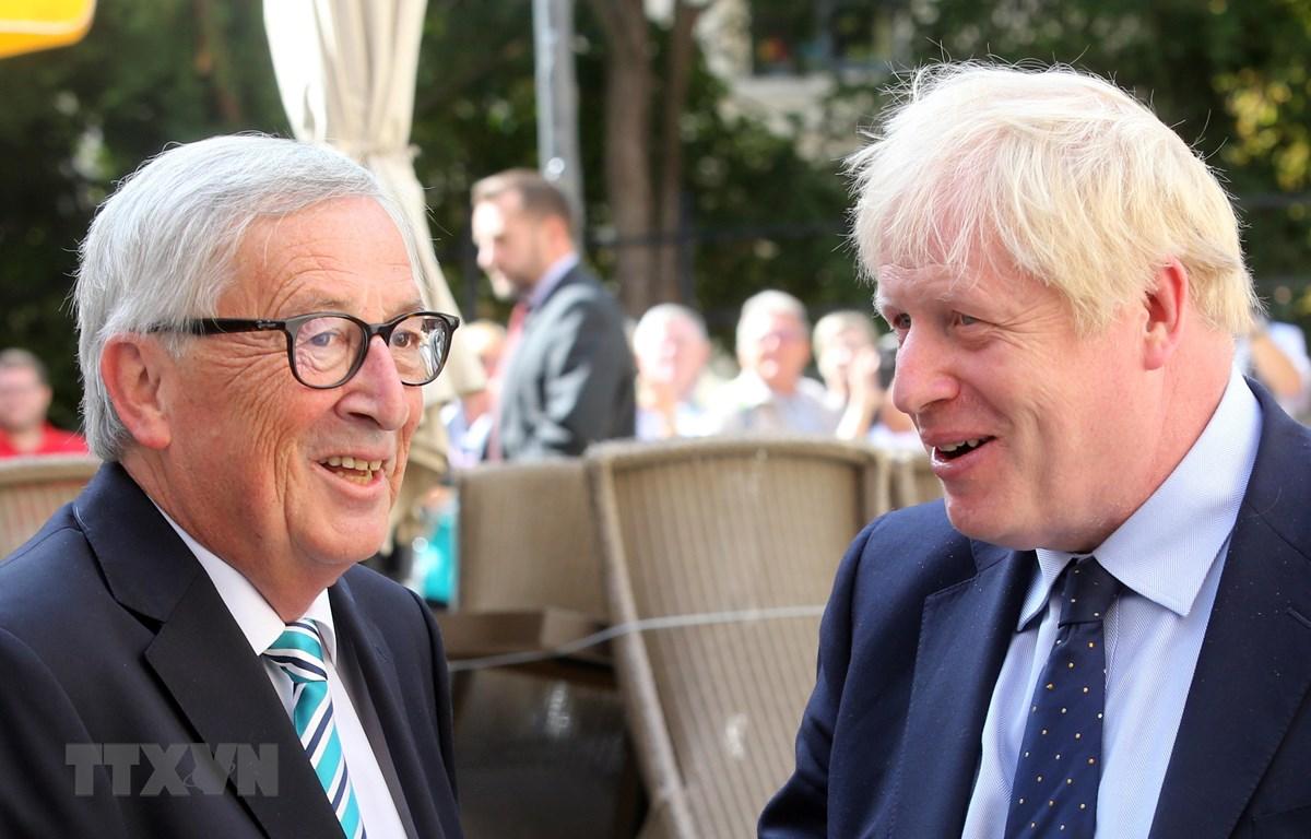 Chủ tịch EC Jean-Claude Juncker (trái) và Thủ tướng Anh Boris Johnson (phải) tại cuộc gặp ở Luxembourg ngày 16/9/2019. (Ảnh: AFP/TTXVN)