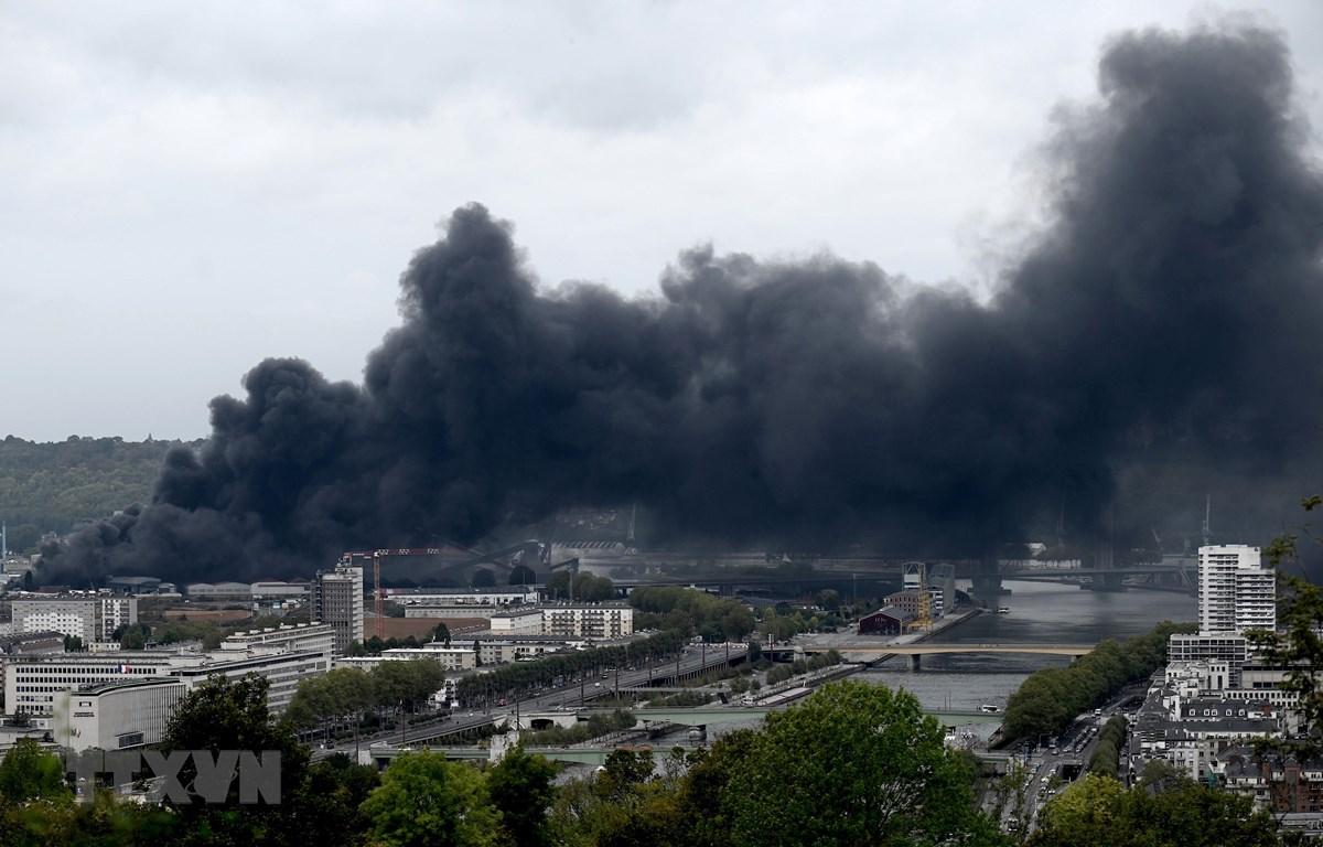 Khói đen bốc lên từ cháy nhà máy hóa chất Lubrizol tại thành phố Rouen, miền Bắc nước Pháp trong vụ hỏa hoạn ngày 26/9/2019. (Ảnh: AFP/TTXVN)