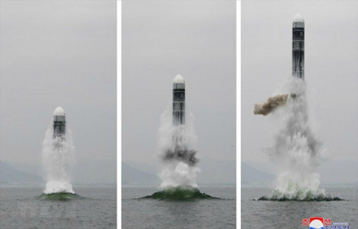 Vụ thử tên lửa đạn đạo kiểu mới Pukguksong-3 từ tàu ngầm của Triều Tiên ở ngoài khơi Vịnh Wonsan ngày 2/10/2019. (Ảnh: Yonhap/TTXVN)