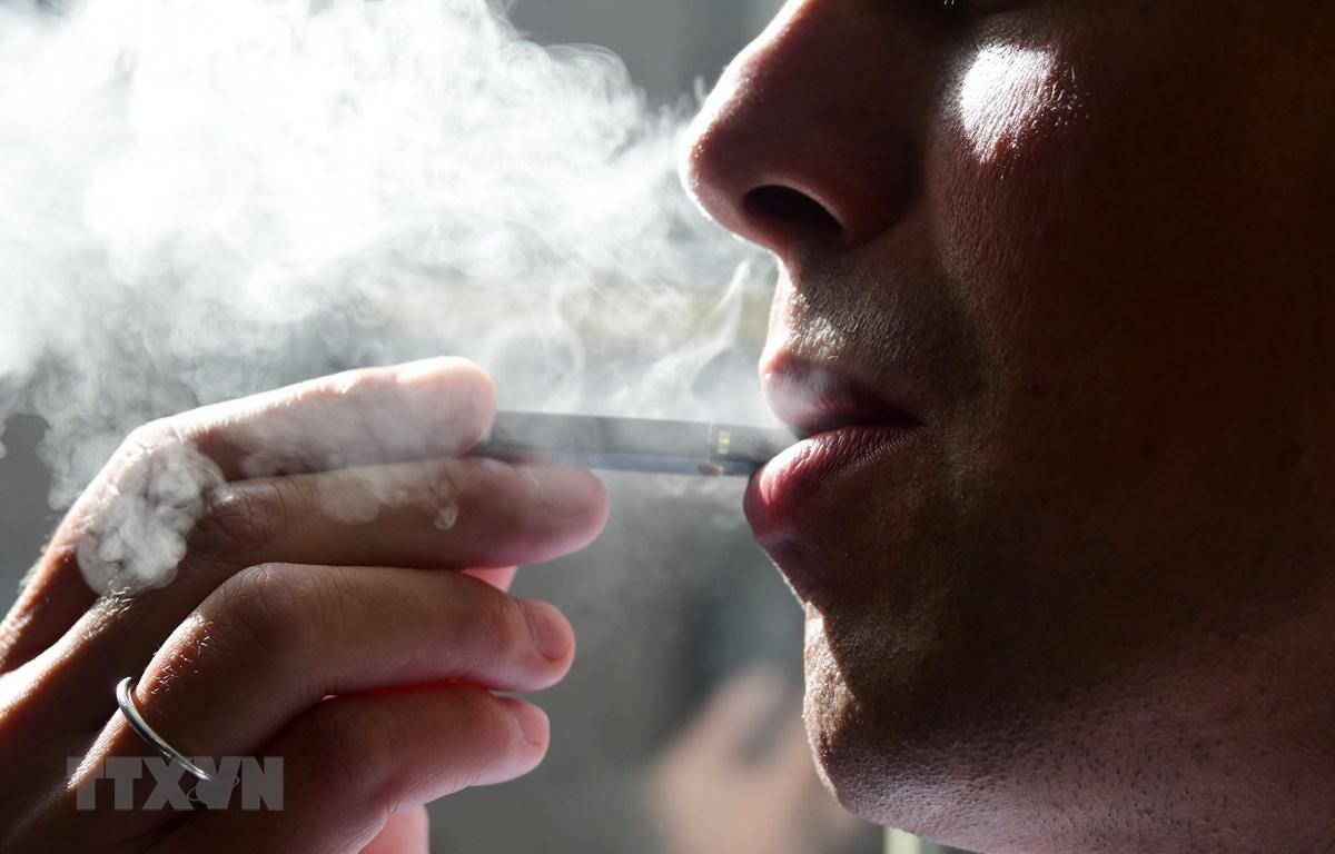 Khói thuốc lá điện tử có khả năng gây tổn thương phổi. (Ảnh: AFP/ TTXVN)