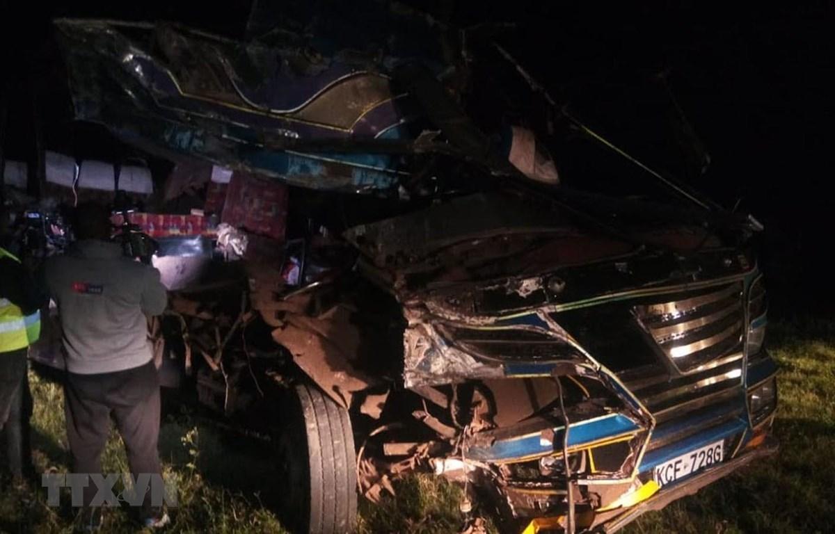 Chiếc xe buýt bị hư hỏng sau khi đâm trực diện vào xe tải trên xa lộ Kisumu-Kericho ở thành phố Kisumu, miền Tây Kenya ngày 3/10/2019. (Ảnh: COURTESY/TTXVN)