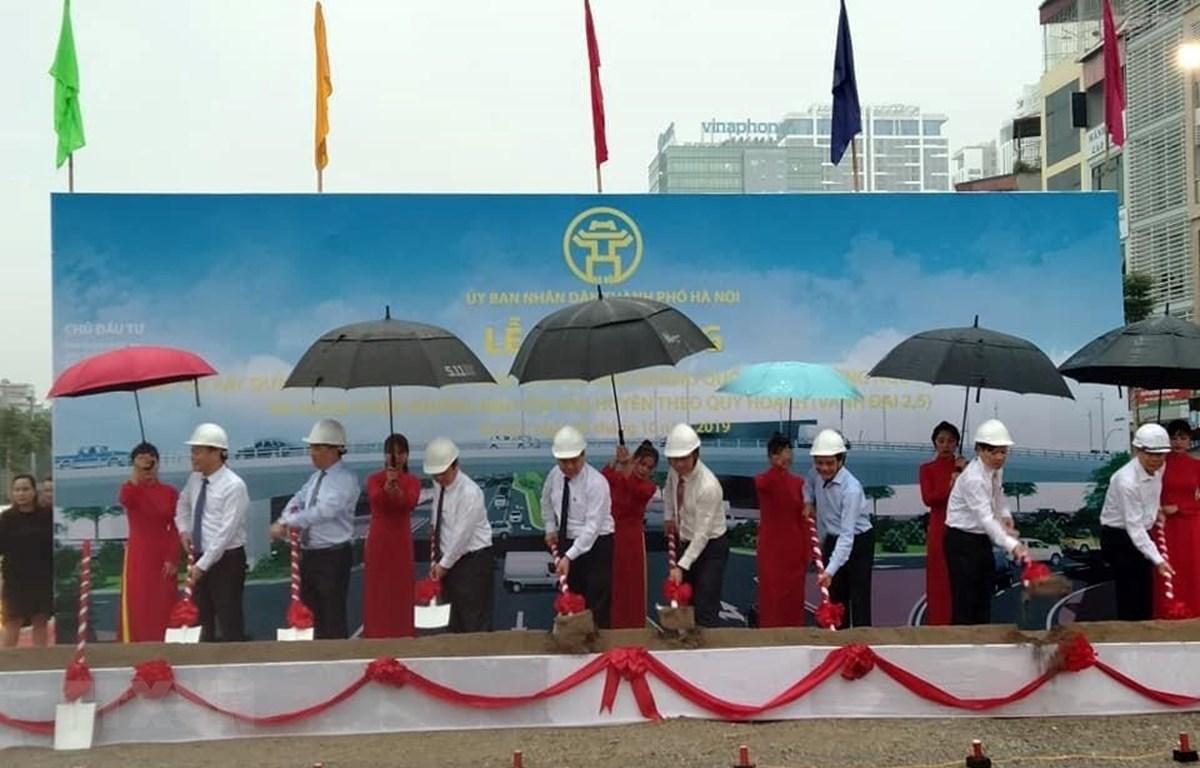 Lễ khởi công dự án xây dựng cầu vượt nút giao đường Hoàng Quốc Việt-Nguyễn Văn Huyên. (Ảnh: Tuyết Mai/TTXVN)