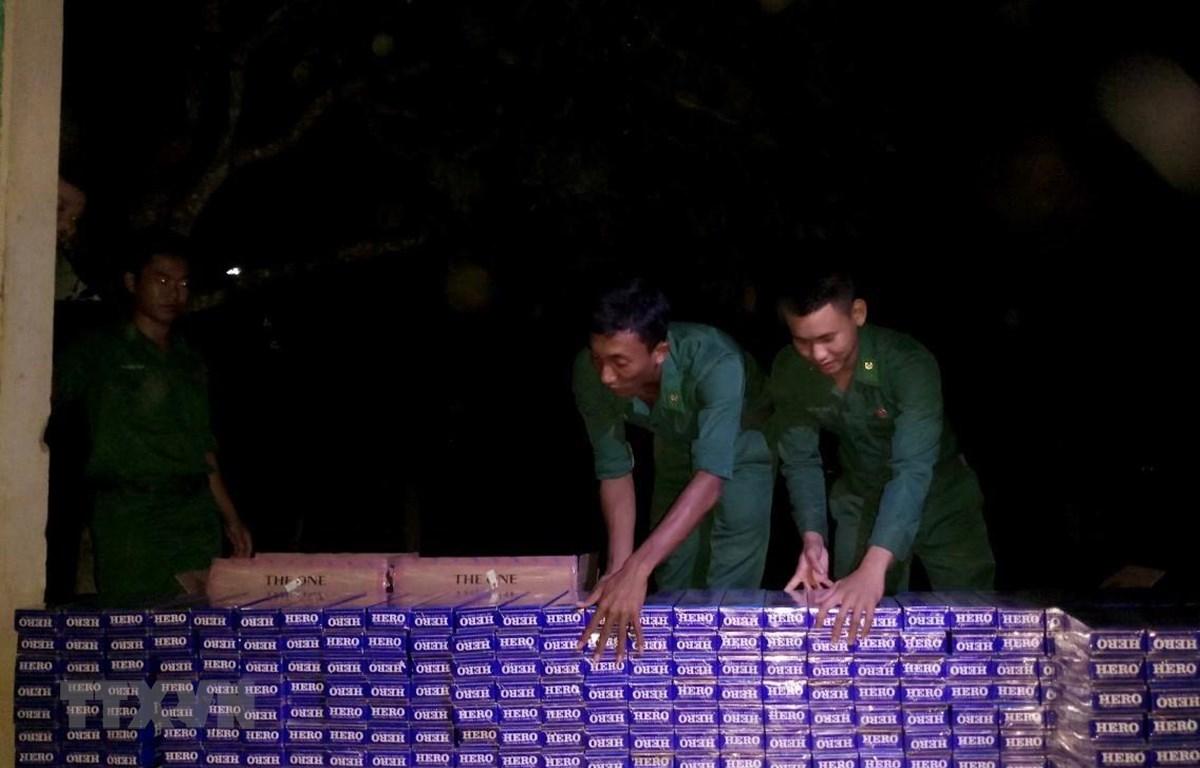 Cán bộ, chiến sỹ Đồn Biên phòng Nhơn Hưng (Bộ đội Biên phòng tỉnh An Giang) thống kê số tang vật vừa thu giữ. (Ảnh: Công Mạo/TTXVN)