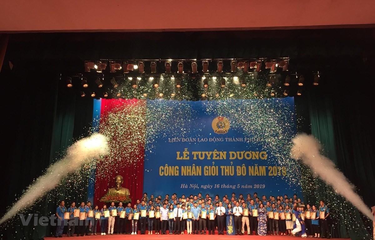 Lãnh đạo Tổng Liên đoàn Lao động Việt Nam và Thành phố Hà Nội trao thưởng cho Công nhân giỏi Thủ đô năm 2019. (Ảnh Minh Nghĩa/TTXVN)