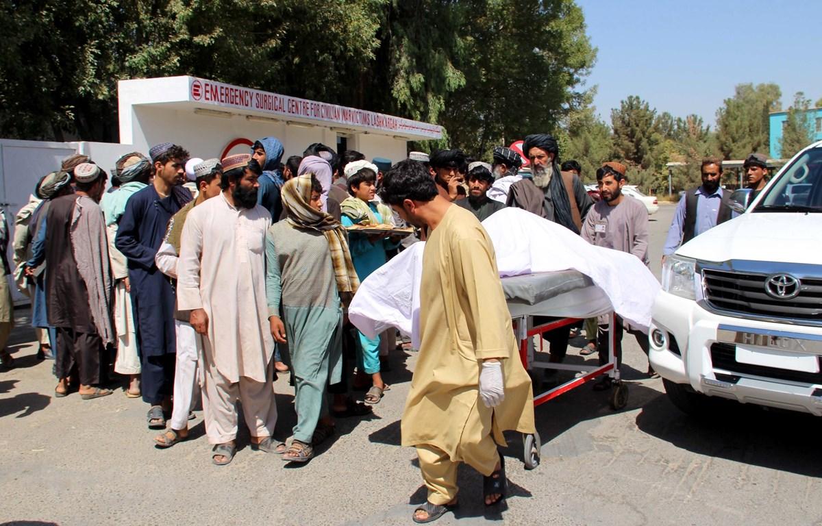 Chuyển thi thể các nạn nhân sau vụ không kích nhầm tại Lashkar Gah, tỉnh Helmand ngày 23/9/2019. (Ảnh: AFP/TTXVN)