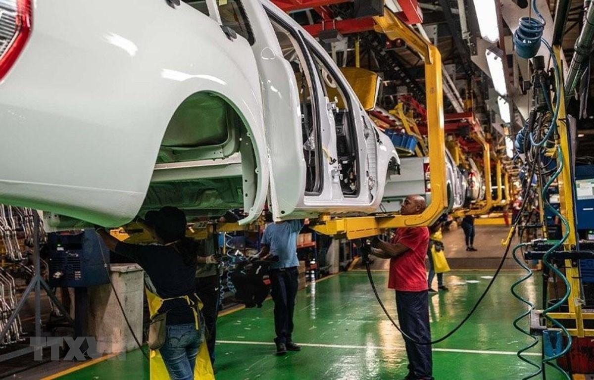 Công nhân lắp ráp xe bán tải Ranger tại nhà máy Silverton của Ford tại thủ đô Pretoria của Nam Phi. (Ảnh: Phi Hùng/TTXVN)