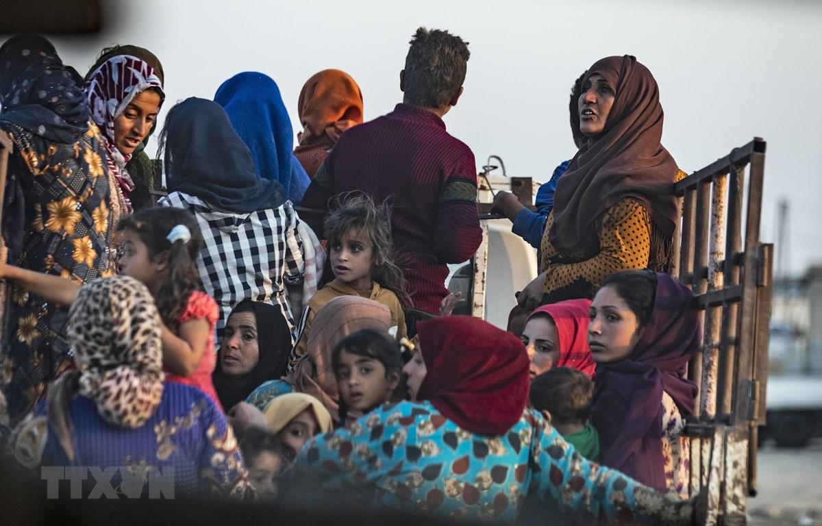 Người dân Syria sơ tán sau khi quân đội Thổ Nhĩ Kỳ oanh kích thị trấn Ras al-Ain, tỉnh Hasakah, giáp giới Thổ Nhĩ Kỳ trong chiến dịch tấn công lực lượng người Kurd tại Đông Bắc Syria, ngày 9/10/2019. (Ảnh: AFP/TTXVN)