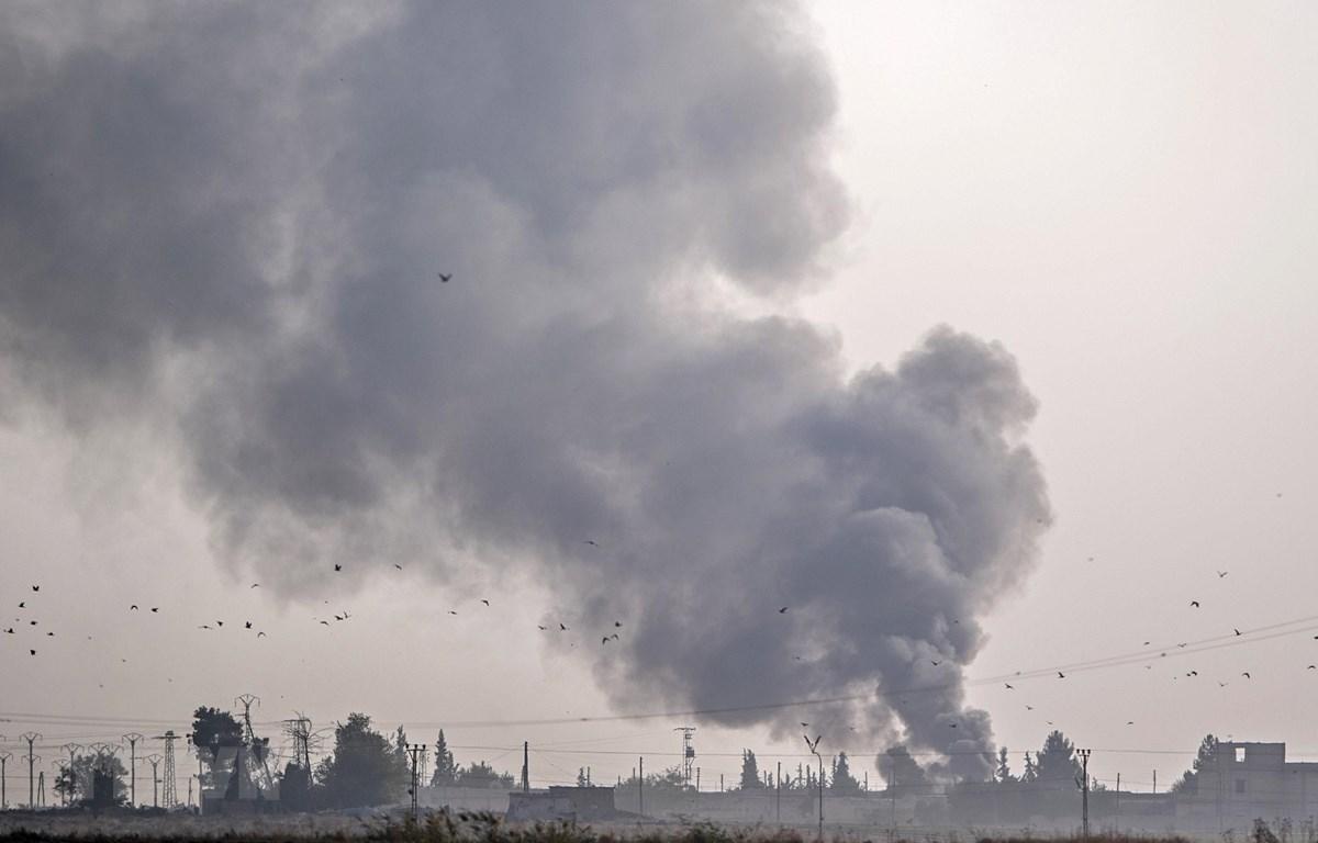 Khói bốc lên từ thị trấn Tal Abyad, Syria sau khi quân đội Thổ Nhĩ Kỳ oanh tạc khu vực này trong chiến dịch chống các tay súng người Kurd, ngày 9/9/2019. (Ảnh: AFP/TTXVN)