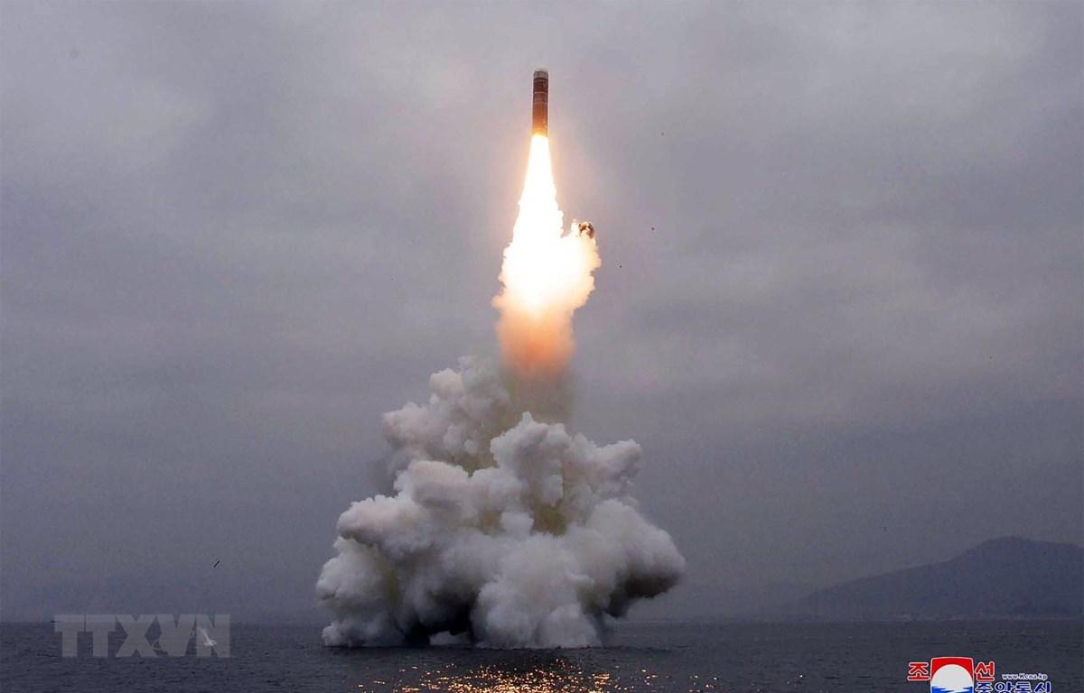 Một vụ thử tên lửa của Triều Tiên ở ngoài khơi vịnh Wonsan ngày 2/10/2019. (Ảnh: AFP/TTXVN)