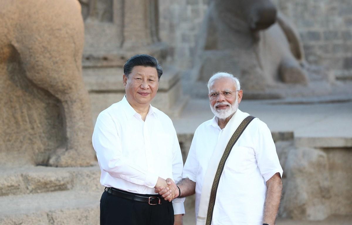 Thủ tướng Ấn Độ Narendra Modi (phải) và Chủ tịch Trung Quốc Tập Cận Bình (trái) tại cuộc gặp ở Chennai, Ấn Độ, ngày 11/10. (Ảnh: THX/TTXVN)