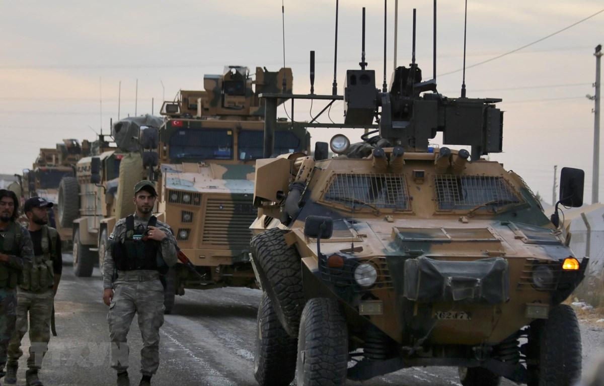 Xe quân sự của Thổ Nhĩ Kỳ gần khu vực làng Akcakale dọc biên giới với Syria ngày 11/10. (Ảnh: AFP/TTXVN)