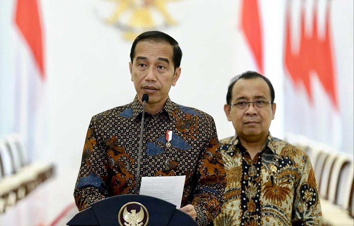 Tổng thống tái đắc cử Indonesia Joko Widodo (trái) tại cuộc họp báo ở Jakarta. (Ảnh: AFP/TTXVN)