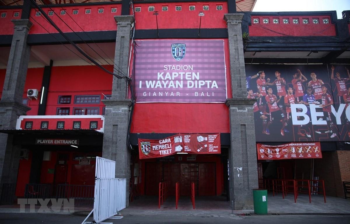 Cổng chính sân Kapten I Wayan Dipta. (Ảnh: Hoàng Linh/TTXVN)