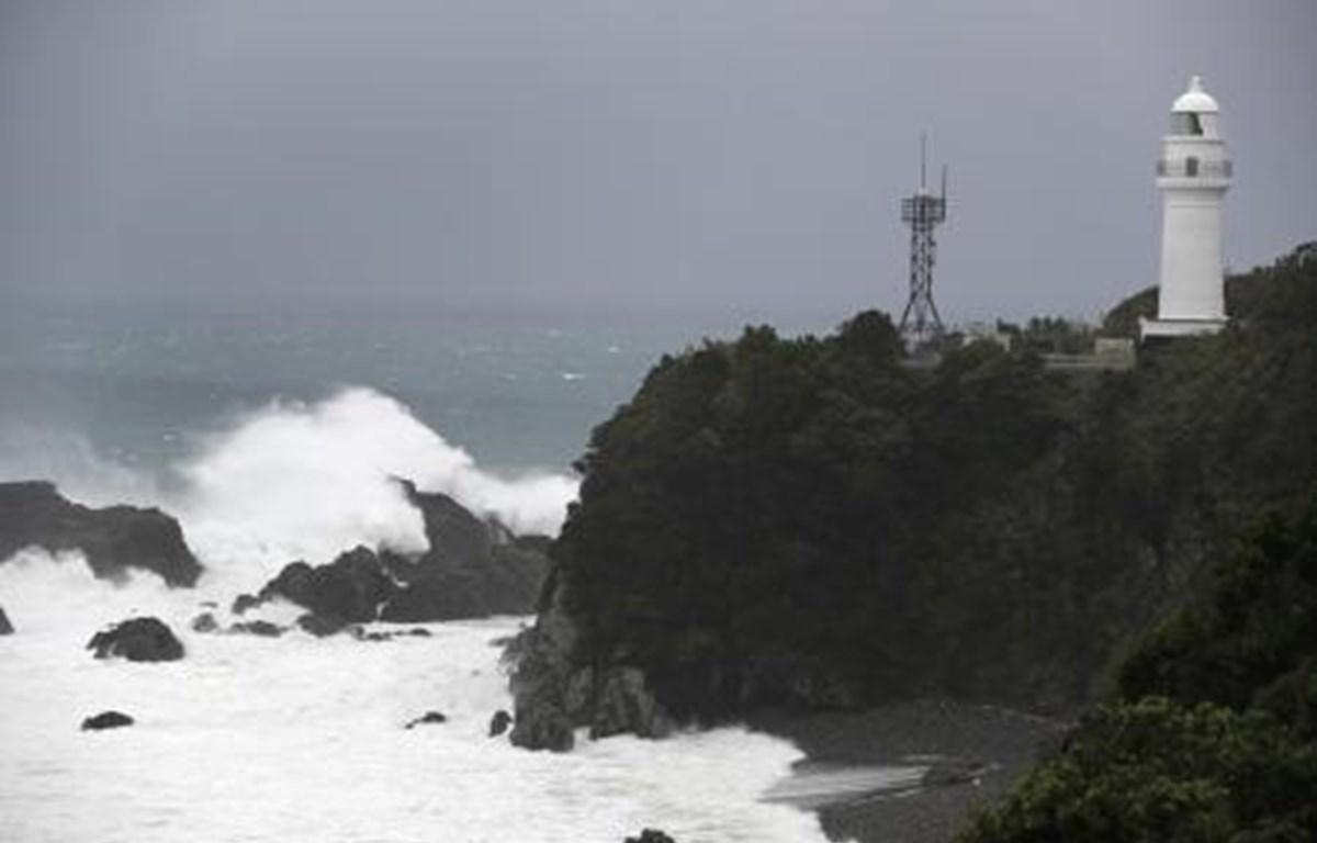 Sóng lớn khi siêu bão Hagibis đổ bộ vào bờ biển Kushimoto, tỉnh Wakayama, Nhật Bản ngày 12/10/2019. (Ảnh: Kyodo/TTXVN)