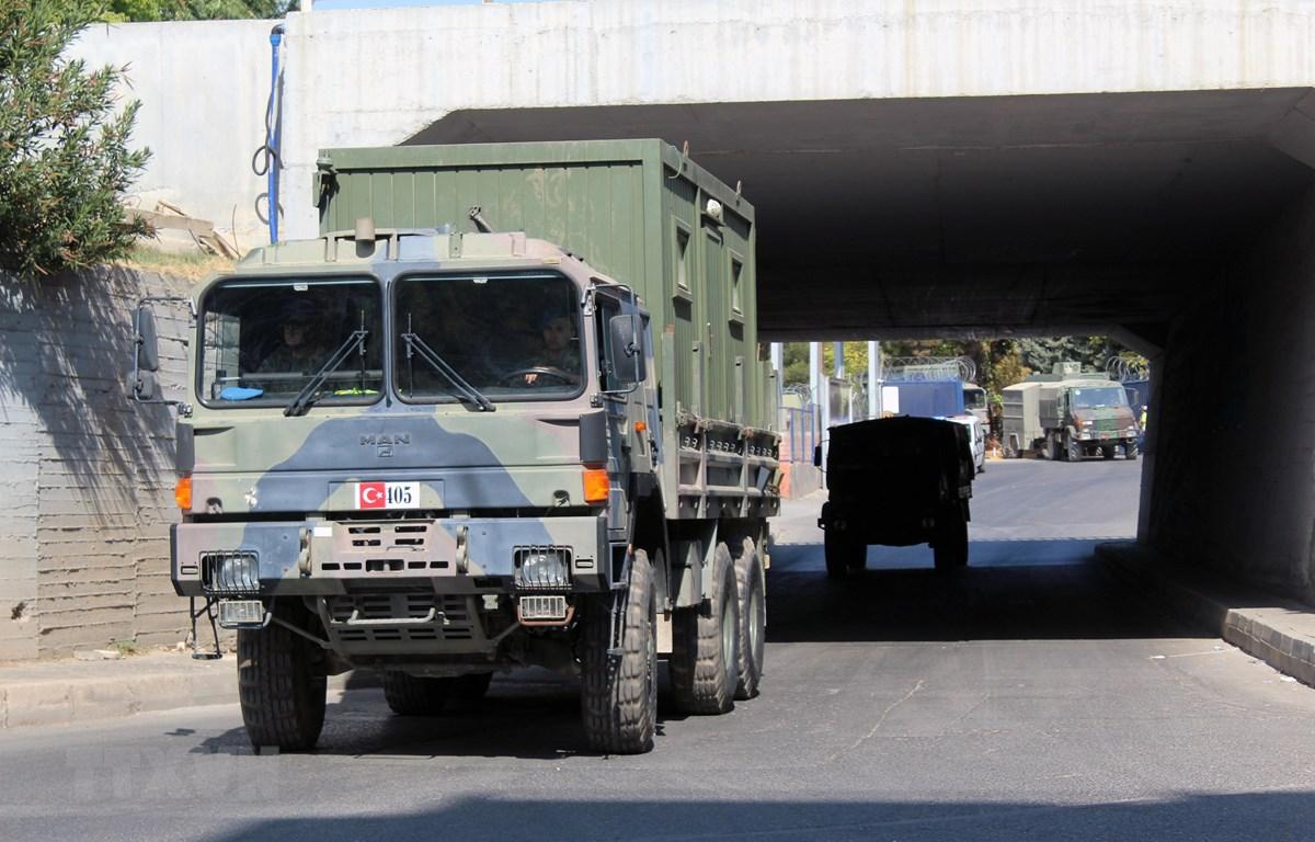 Xe quân sự của Thổ Nhĩ Kỳ tiến về tỉnh Akcakale, giáp giới Syria ngày 9/10/2019. (Ảnh: THX/TTXVN)