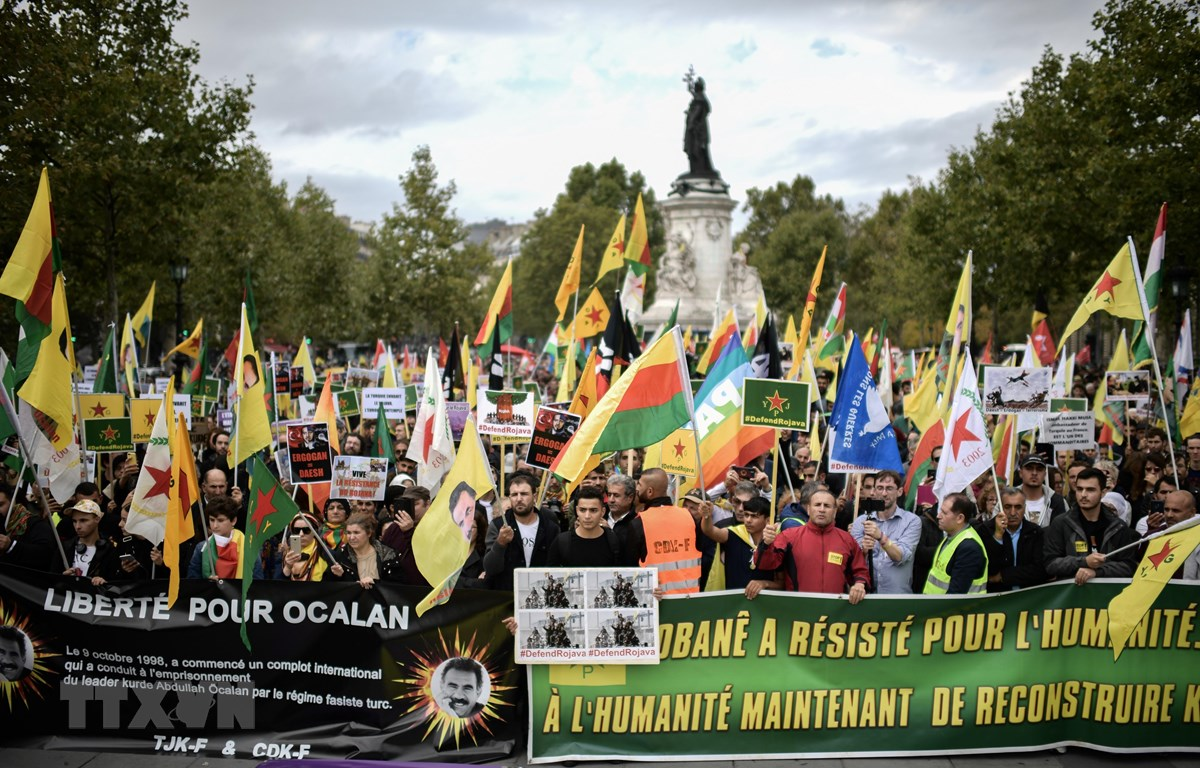 Người dân tuần hành tại Paris, Pháp phản đối chiến dịch quân sự của Thổ Nhĩ Kỳ nhằm vào các lực lượng người Kurd ở Syria, ngày 12/10/2019. (Ảnh: AFP/TTXVN)