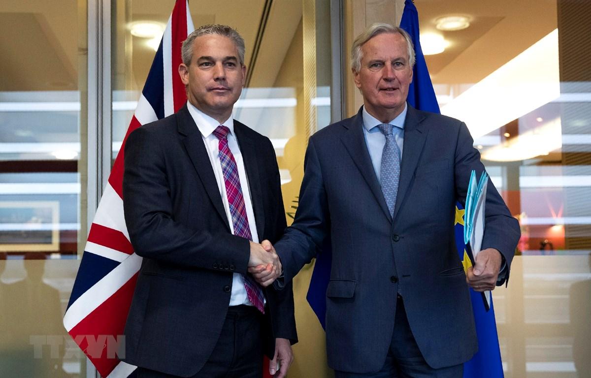 Trưởng đoàn đàm phán Brexit của EU Michel Barnier (phải) và Bộ trưởng Brexit của Anh Stephen Barclay tại vòng đàm phán ở Brussels, Bỉ, ngày 11/10/2019. (Ảnh: AFP/ TTXVN)