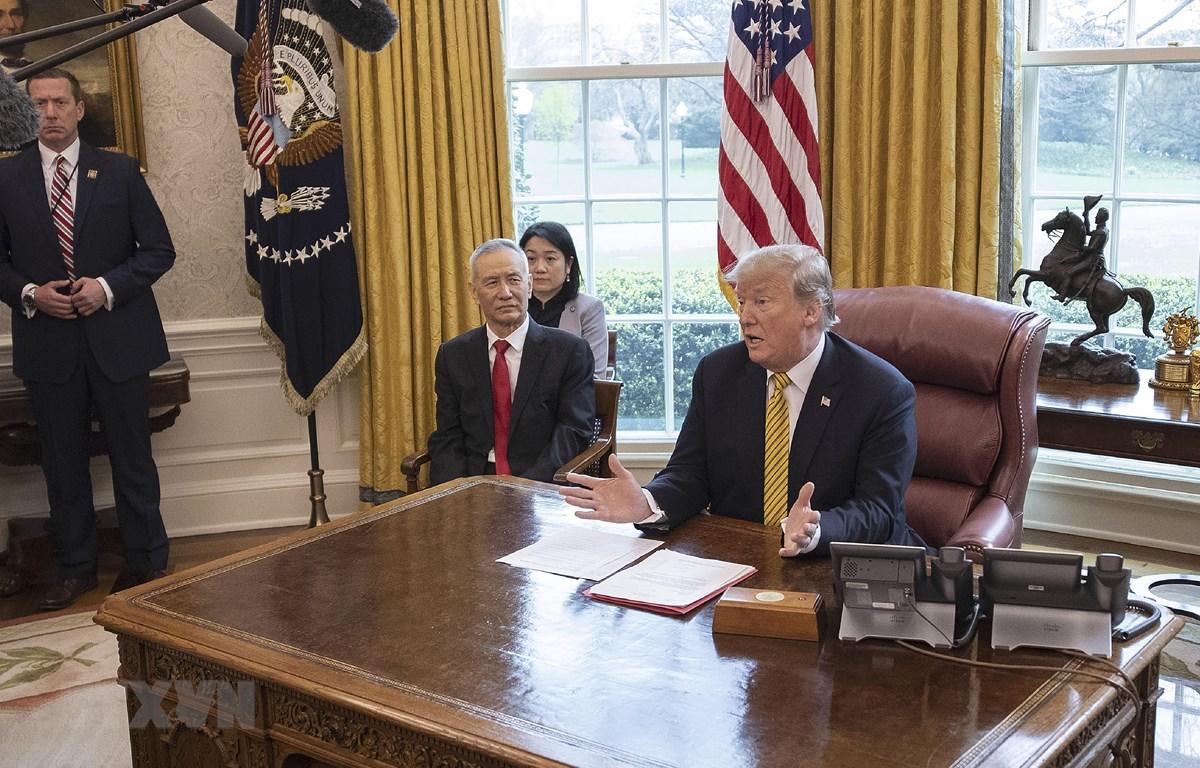 Tổng thống Mỹ Donald Trump (phải) và Phó Thủ tướng Trung Quốc Lưu Hạc (giữa) trong cuộc gặp tại Nhà Trắng ở Washington, DC, ngày 4/4/2019. (Ảnh: AFP/TTXVN)