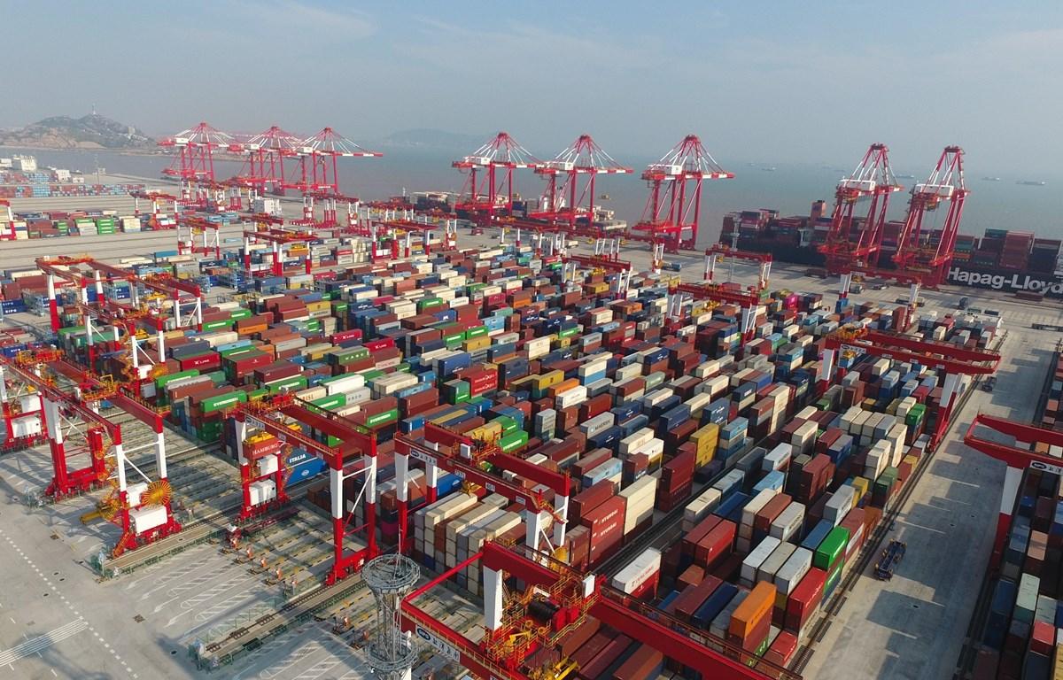 Hàng hóa được xếp tại cảng ở Thượng Hải, Trung Quốc, ngày 25/7/2019. (Ảnh: THX/TTXVN)