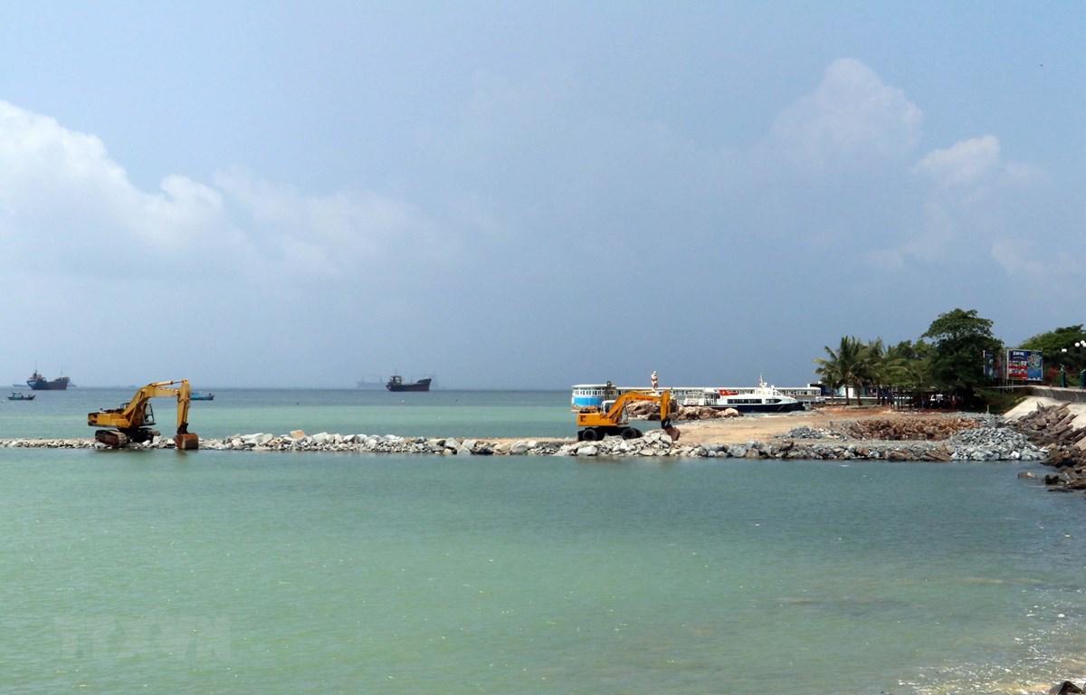 Công ty Cổ phần du lịch Cáp treo Vũng Tàu san lấp biển Vũng Tàu cho dự án Cụm dịch vụ ga cáp treo và thủy cung Hòn Ngưu ngay sát bãi tắm bãi Trước. (Ảnh: Đoàn Mạnh Dương/TTXVN)