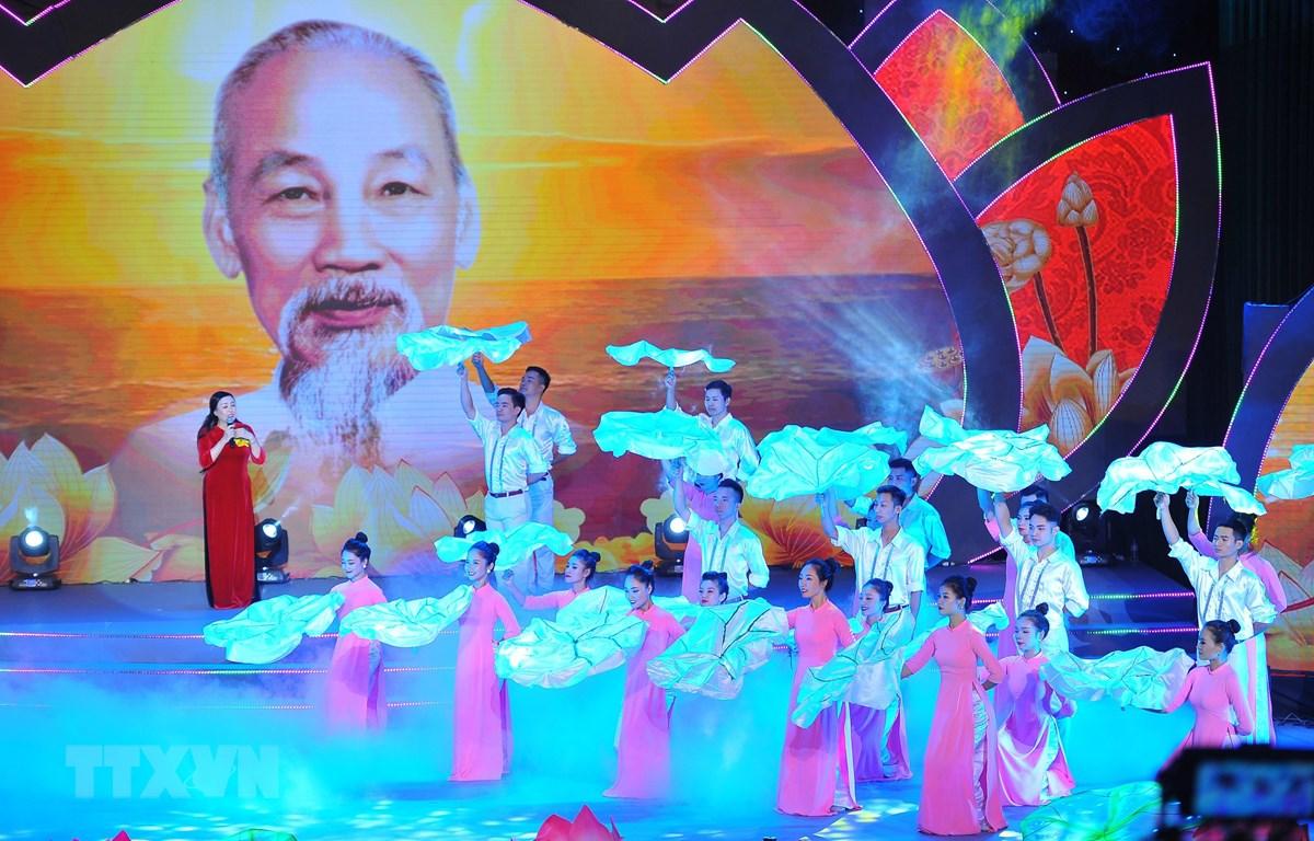 Chương trình nghệ thuật biểu diễn tại buổi lễ. (Ảnh: Minh Đức/TTXVN)