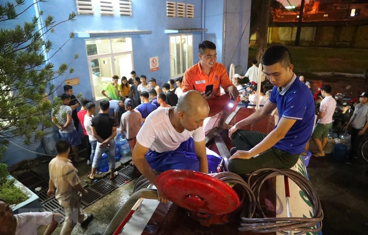 Nhân viên Nhà máy nước Hạ Đình làm việc liên tục để kịp cung cấp nước sạch cho các khu dân cư. (Ảnh: Thành Đạt/ TTXVN)