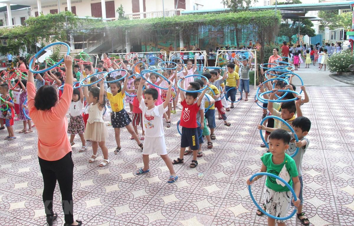 Trẻ từ 3-6 tuổi sẽ thực hiện các bài tập thể dục với dụng cụ để hỗ trợ phát triển thể lực. (Ảnh: Lê Thúy Hằng/TTXVN)