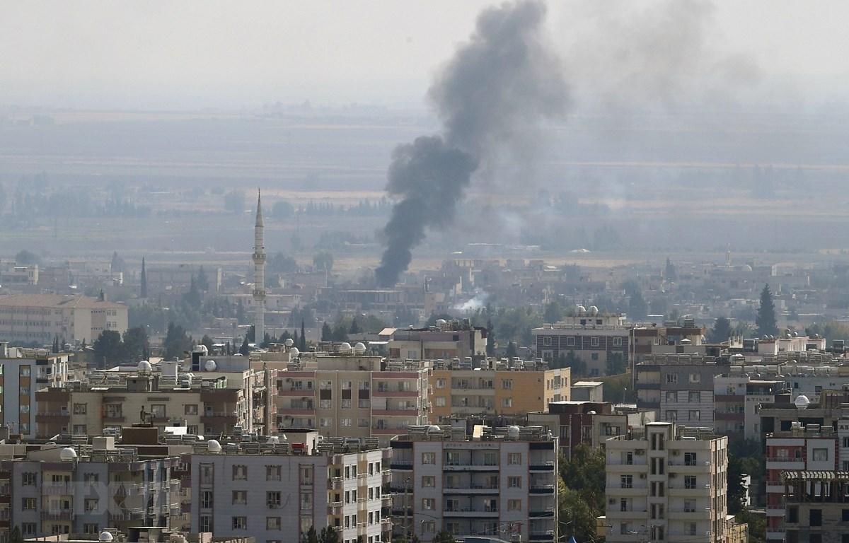 Khói bốc lên từ khu vực Ras al-Ain ở miền bắc Syria sau một cuộc tấn công của quân đội Thổ Nhĩ Kỳ ngày 17/10/2019. (Ảnh: THX/TTXVN)