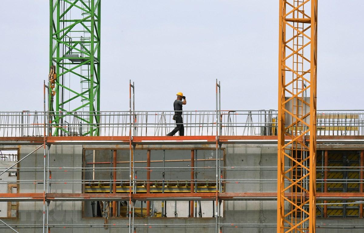 Công nhân làm việc tại một công trường xây dựng ở Munich, miền nam Đức, ngày 5/7/2018. (Ảnh: AFP/TTXVN)