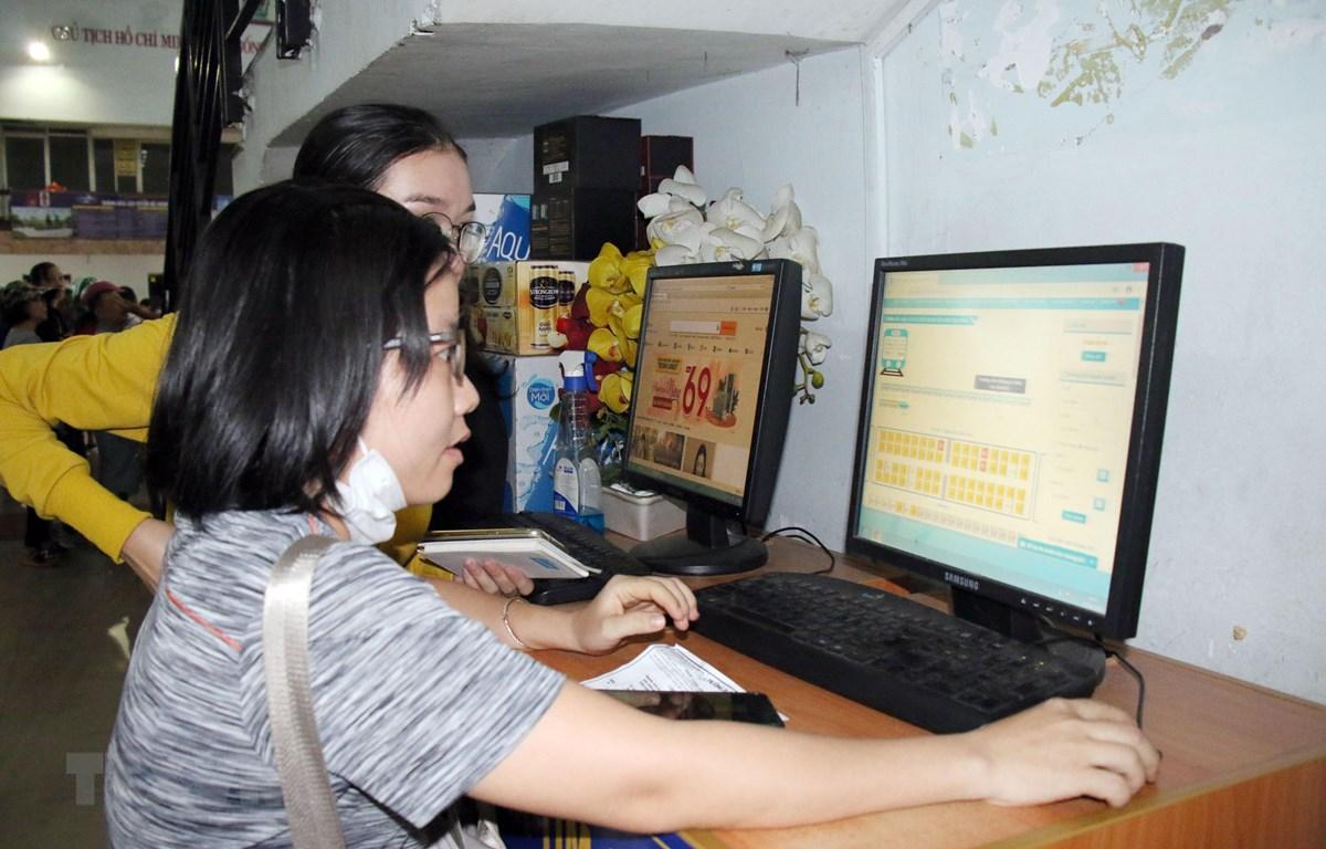 Hành khách đặt mua vé qua website ngành đường sắt tại ga Sài Gòn. (Ảnh: Tiến Lực/TTXVN)