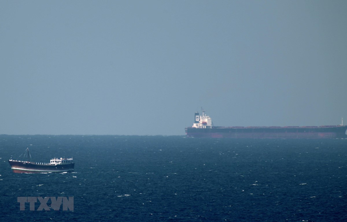 Một tàu chở dầu tiến về Eo biển Hormuz ở ngoài khơi vùng biển Khasab (Oman). (Ảnh: AFP/TTXVN)