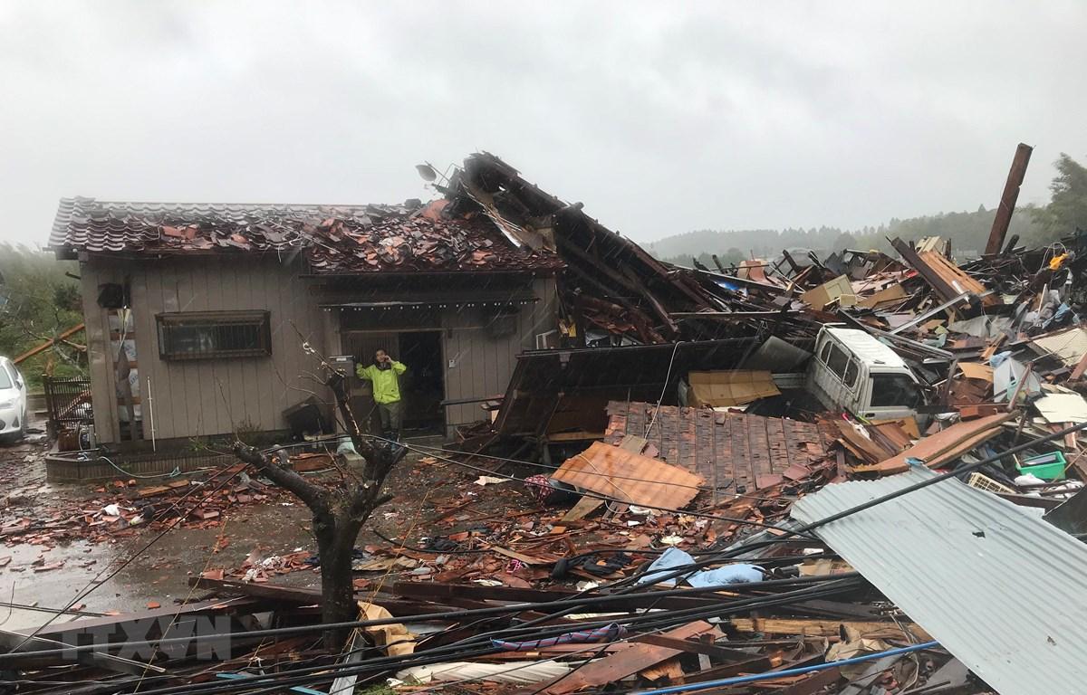 Cảnh tàn phá sau cơn bão Hagibis tại Chiba, Nhật Bản, ngày 12/10. (Ảnh: THX/TTXVN)
