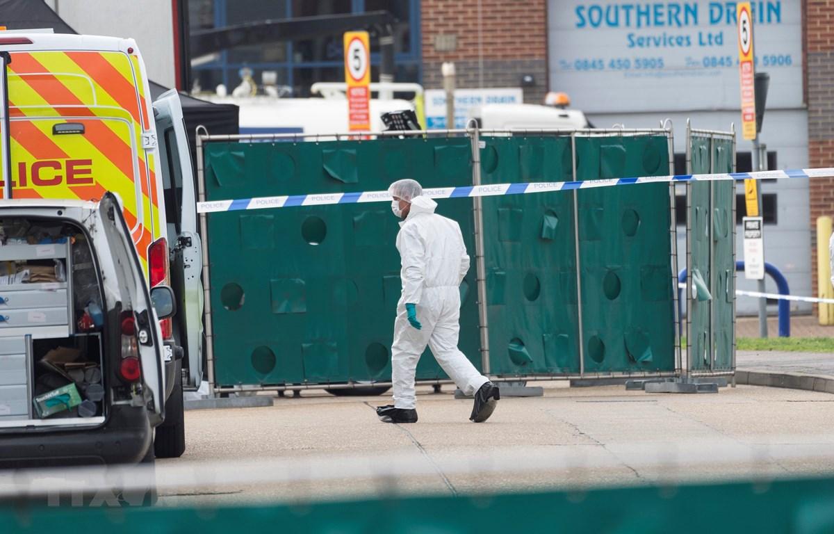 Cảnh sát điều tra tại hiện trường vụ phát hiện 39 thi thể trong xe container ở khu công nghiệp Waterglade, Essex, Anh, ngày 23/10/2019. (Ảnh: THX/TTXVN)