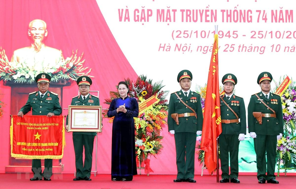Chủ tịch Quốc hội Nguyễn Thị Kim Ngân trao Danh hiệu Anh hùng LLVT cho Tổng cục II. (Ảnh: Trọng Đức/TTXVN)