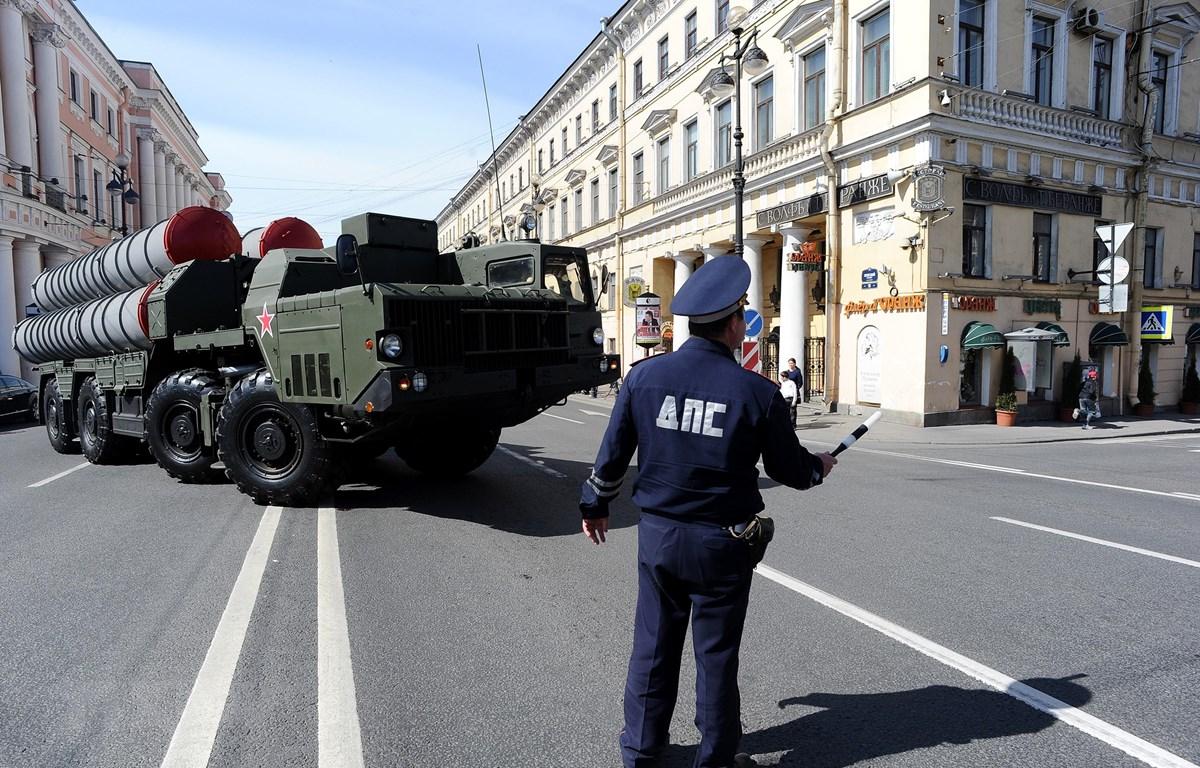 Hệ thống S-300 của Nga trong lễ tổng duyệt diễu binh kỷ niệm Ngày Chiến thắng tại St. Petersburg, Nga, ngày 28/4/2014. (Ảnh: AFP/TTXVN)