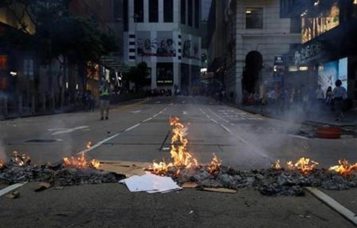 Người biểu tình đốt phá tại một tuyến phố ở Hong Kong, Trung Quốc ngày 8/9/2019. (Ảnh: Kyodo/TTXVN)
