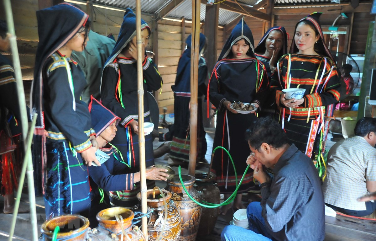 Các nghi thức tại lễ phục dựng cúng bến nước. (Ảnh: Hoài Nam/TTXVN)