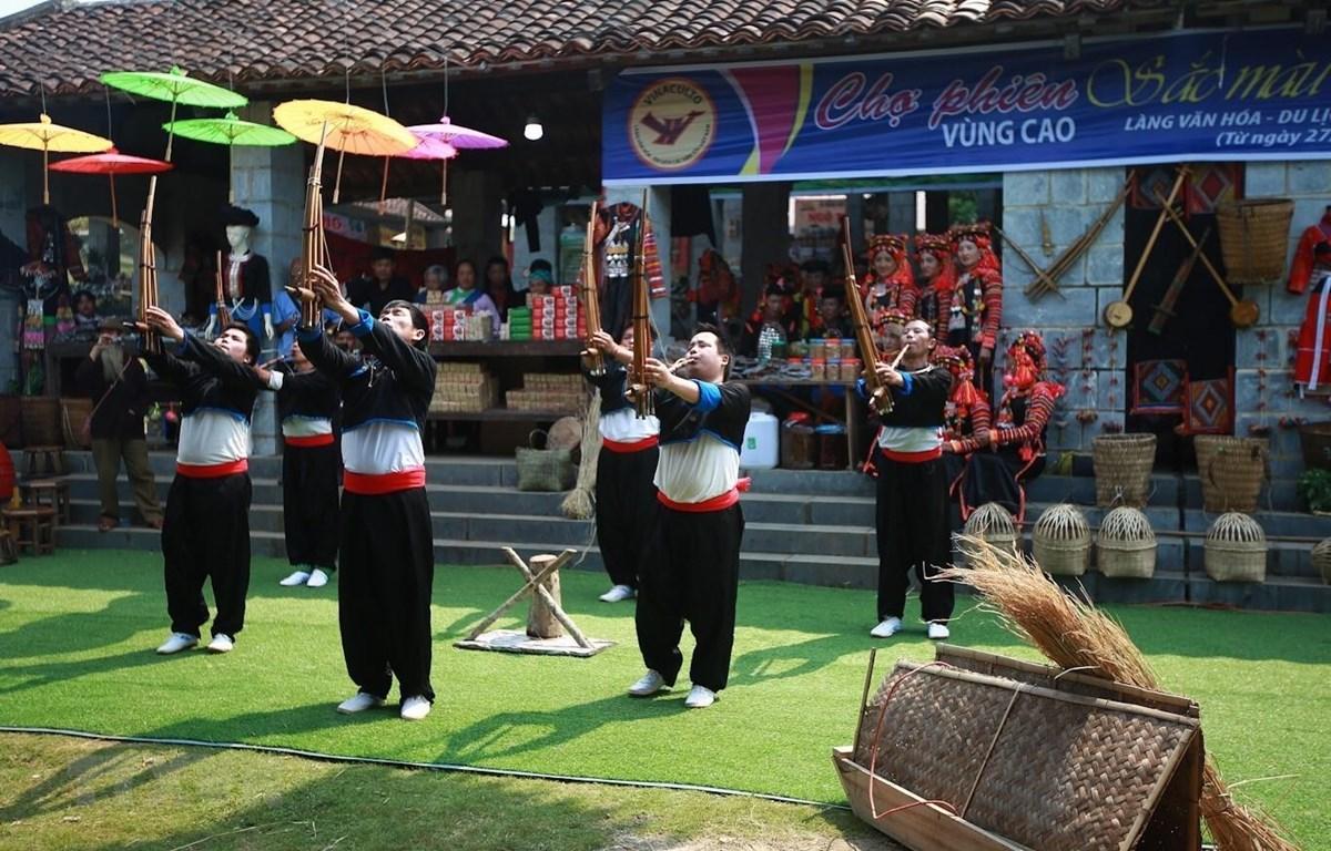 Điệu múa khèn của các chàng trai dân tộc Mông tại Phiên chợ. (Ảnh: Trọng Đạt/TTXVN)