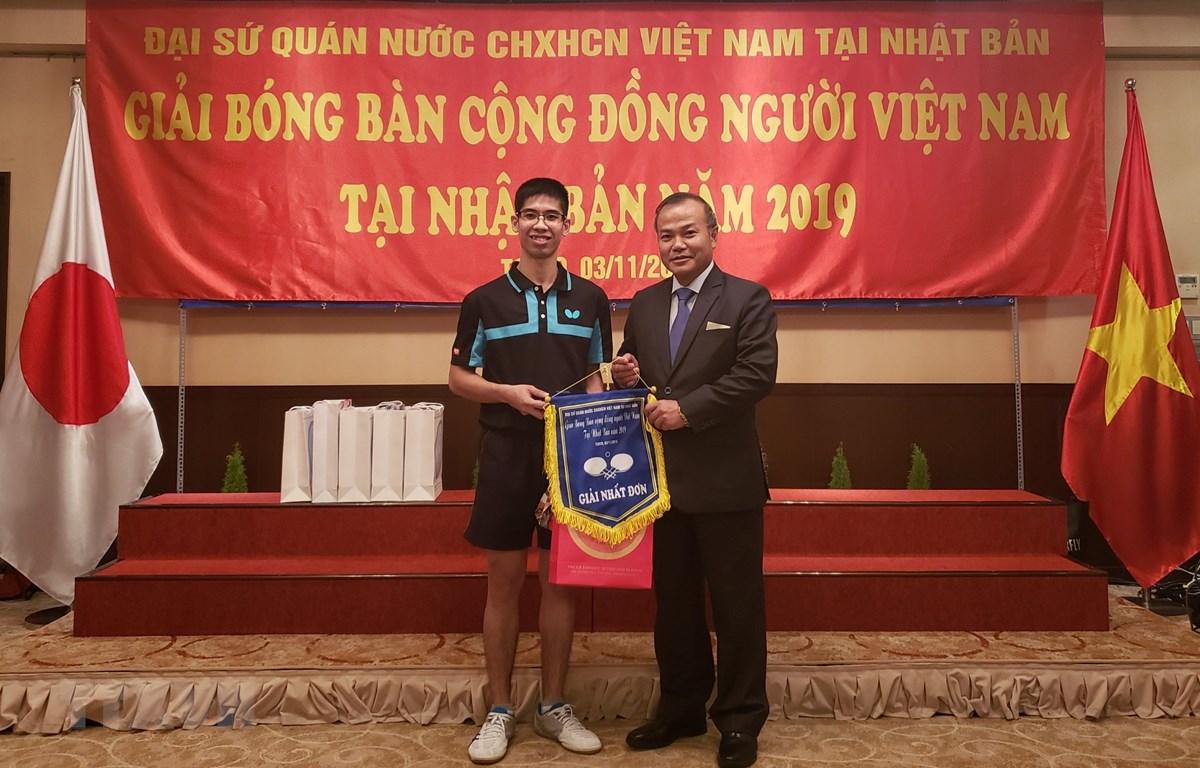 Đại sứ Việt Nam tại Nhật Bản Vũ Hồng Nam trao giải cho vận động viên vô địch nội dung đơn nam. (Ảnh: Thanh Tùng/TTXVN)