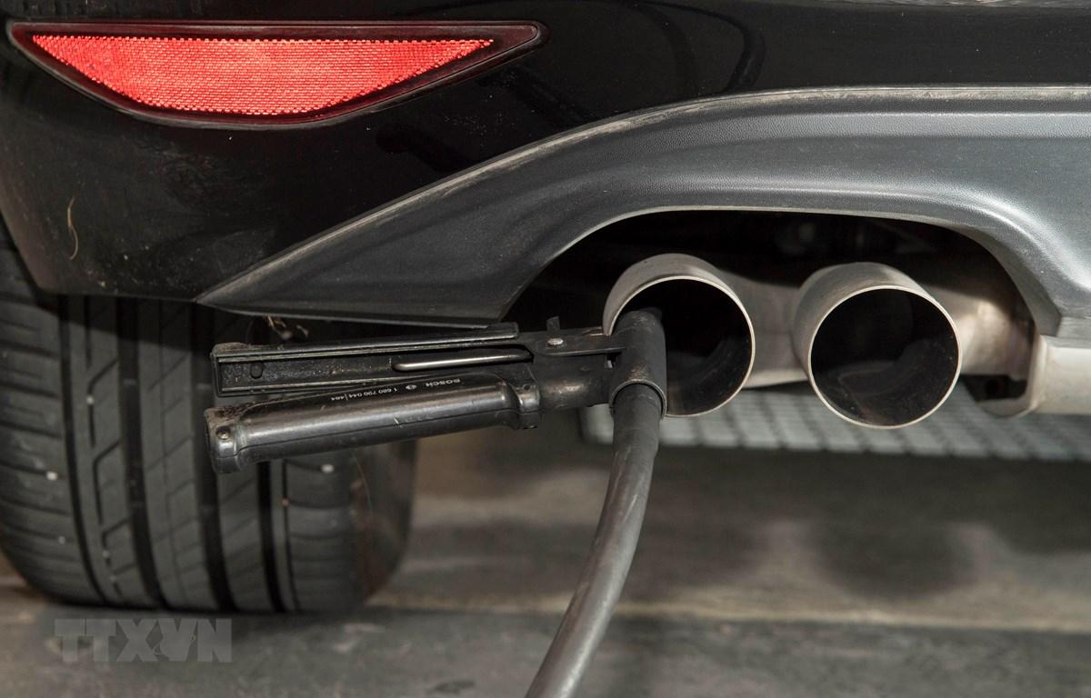 Đo mức khí thải của ô tô tại Ludwigsburg, tây nam nước Đức. (Ảnh: AFP/TTXVN)