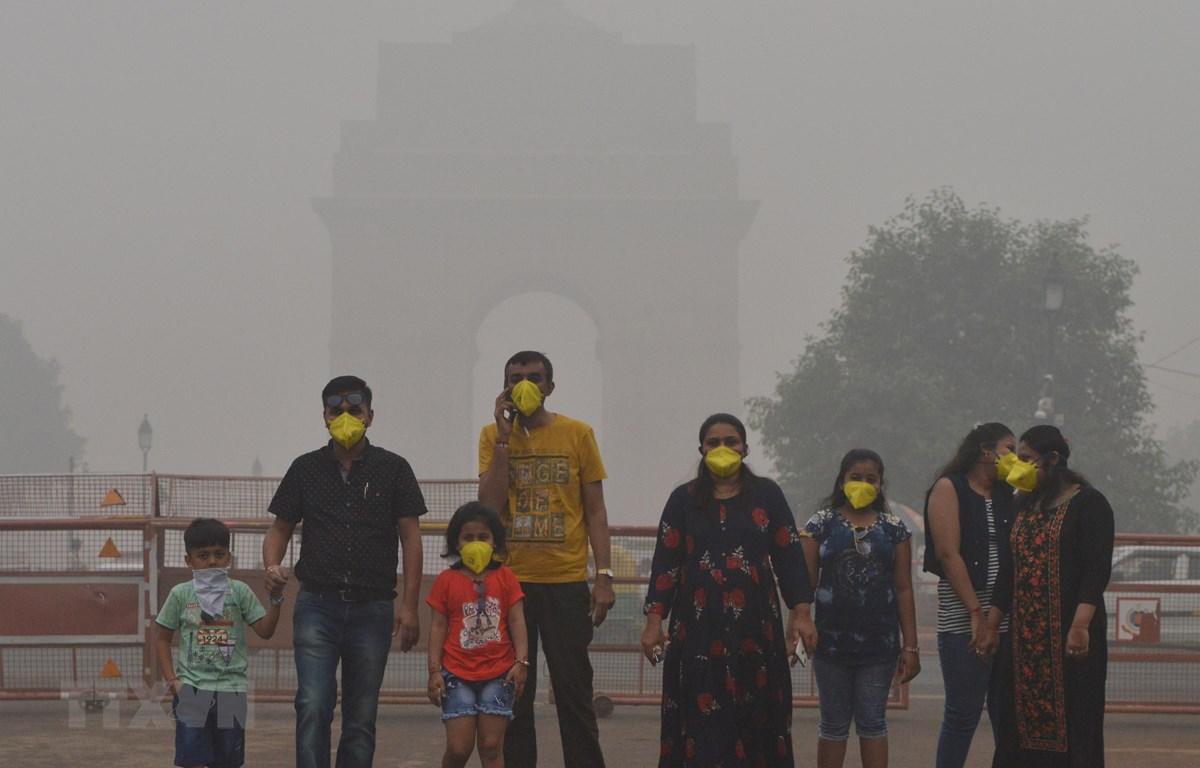 Người dân đeo khẩu trang tránh khói bụi ô nhiễm tại New Delhi, Ấn Độ, ngày 3/11/2019. (Ảnh: THX/TTXVN)