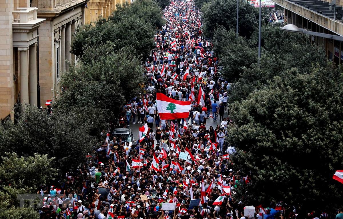 Biểu tình quy mô lớn phản đối tình trạng kinh tế khó khăn tại thủ đô Beirut, Liban ngày 20/10/2019. (Ảnh: THX/TTXVN)