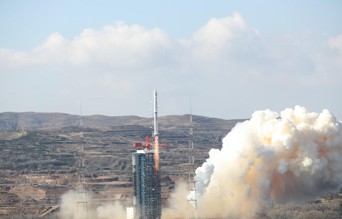 Tên lửa đẩy Trường Chinh-4B mang theo vệ tinh Cao Phân-7 rời bệ phóng tại Trung tâm phóng vệ tinh Thái Nguyên, tỉnh Sơn Tây, miền bắc Trung Quốc, ngày 3/11. (Ảnh: THX/TTXVN)