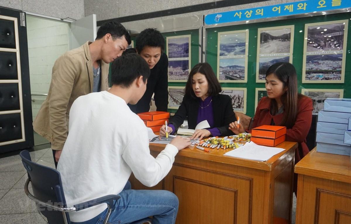 Tư vấn cho lao động Việt Nam tại Hàn Quốc. (Ảnh: Trần Phương/Vietnam+)