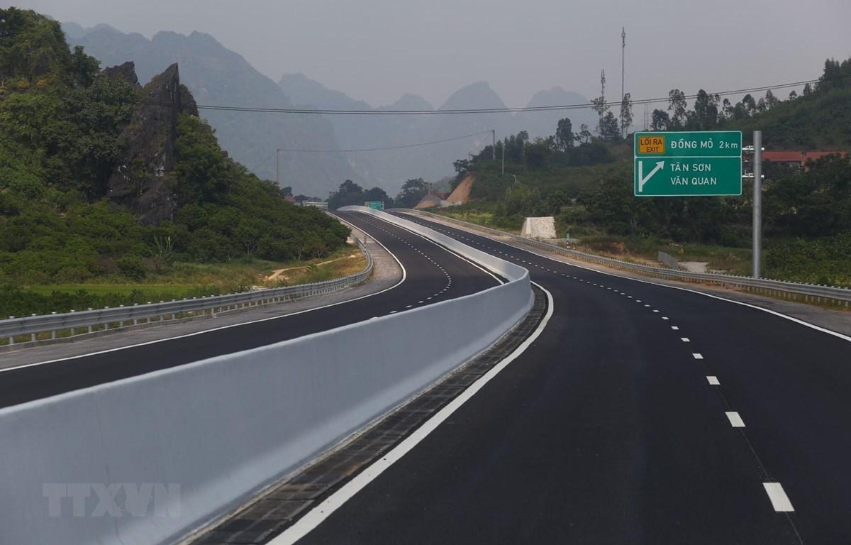Tuyến đường cao tốc Bắc Giang - Lạng Sơn, đoạn tuyến Bắc Giang-Chi Lăng mới được hoàn thành. (Ảnh: Minh Quyết/TTXVN)