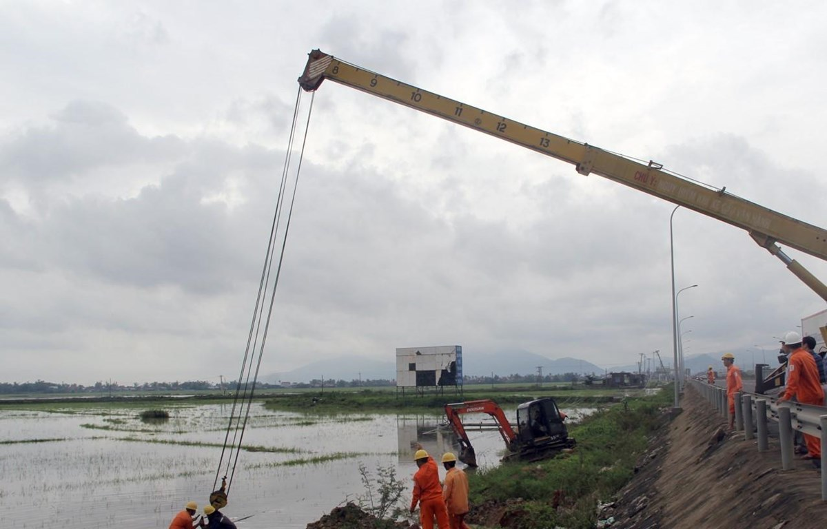 Cơn bão số 5 đã khiến hệ thống lưới điện của tỉnh Phú Yên bị thiệt hại nặng. (Ảnh: Xuân Triệu/TTXVN)