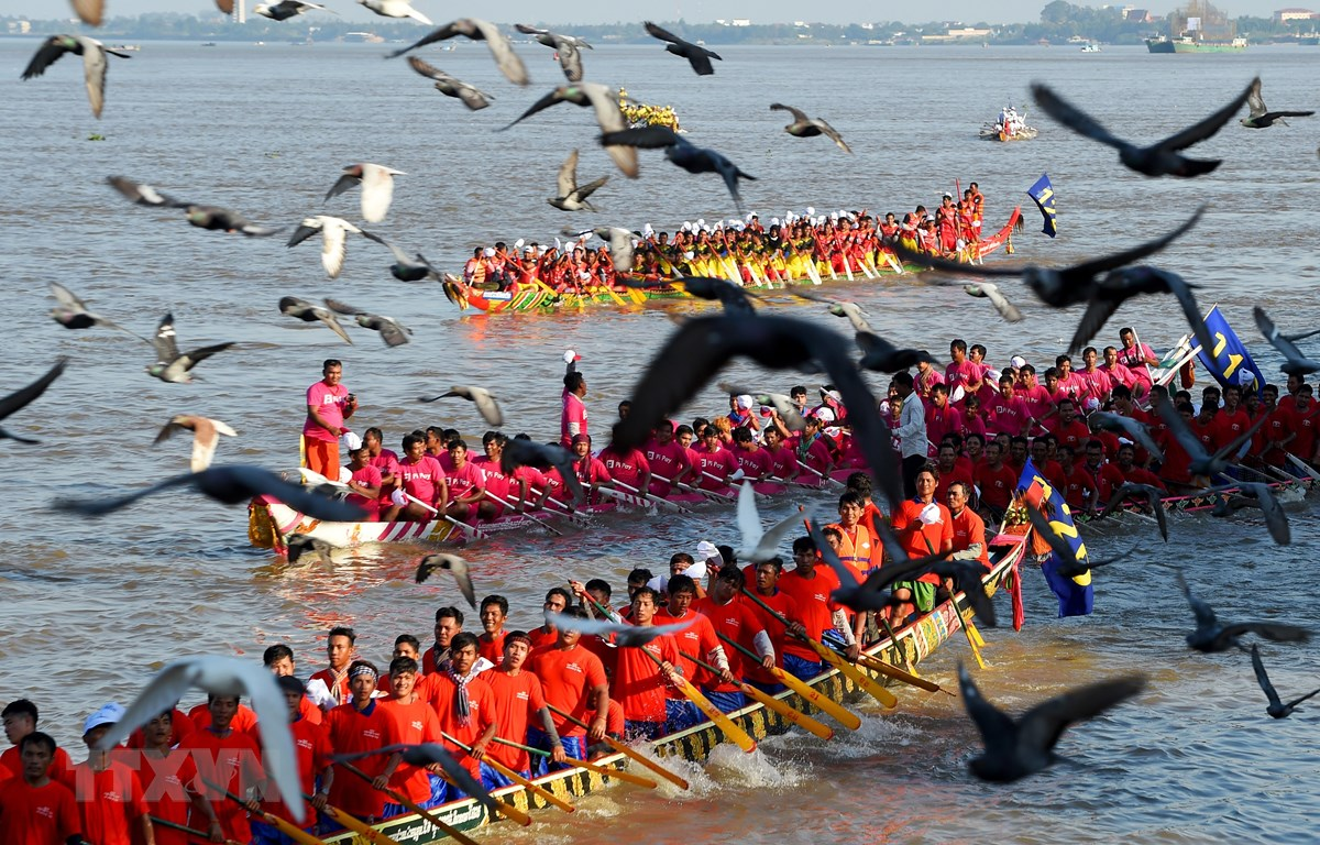 Các đội tham gia Lễ hội Đua thuyền truyền thống Bon Om Touk ở Phnom Penh trong Lễ hội Nước 2018. (Ảnh: AFP/TTXVN)