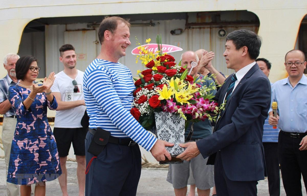 Phó giáo sư-tiến sỹ Ninh Khắc Bản, Trưởng ban hợp tác quốc tế, Viện Hàn lâm Khoa học và Công nghệ Việt Nam tặng hoa gặp mặt cho đại diện các nhà khoa học Nga. (Ảnh: Phan Sáu/TTXVN)