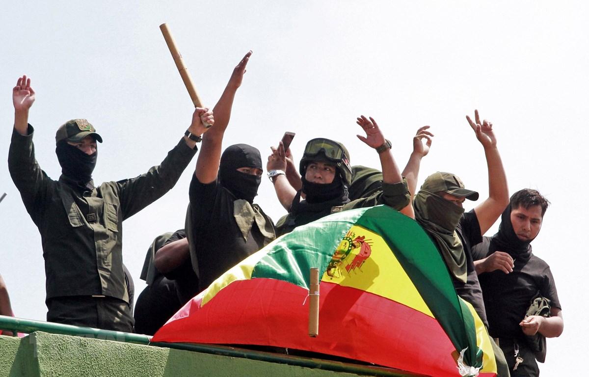 Cảnh sát Bolivia tham gia cuộc tuần hành bày tỏ sự ủng hộ với lực lượng đối lập, yêu cầu Tổng thống từ chức, ở Santa Cruz, miền Đông Bolivia ngày 10/11/2019. (Ảnh: AFP/TTXVN)