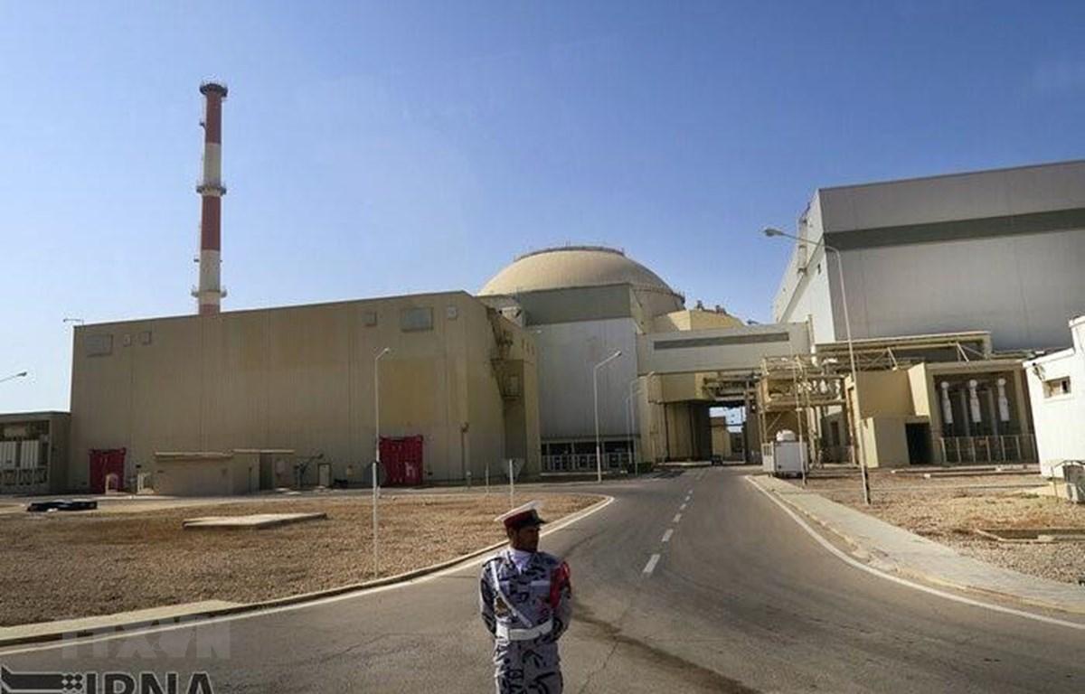 Binh sỹ Iran gác bên ngoài nhà máy điện hạt nhân Bushehr ở Iran. (Ảnh: IRNA/TTXVN)